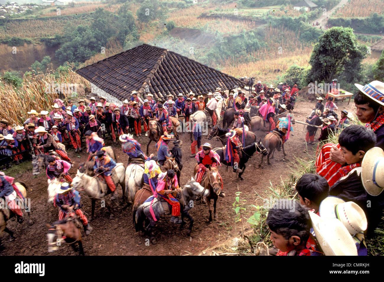 MAM-Maya-Indianer-Pferderennen außerhalb Dorf von Todos Santos während der Tag der Toten feiern Guatemala Stockbild