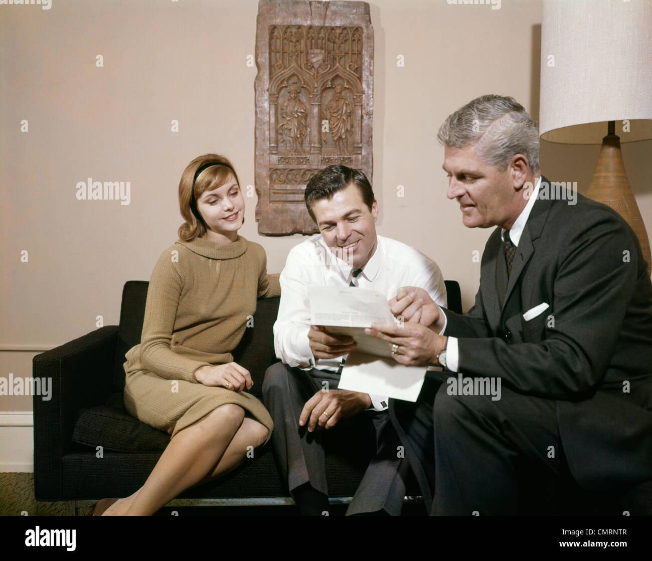 1960er jahren paar mann frau wohnzimmer im gespr ch mit for Wohnzimmer 1960