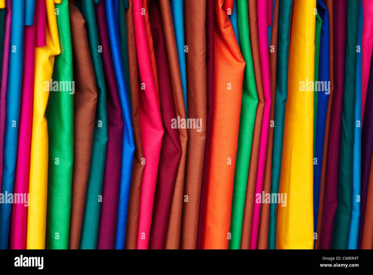 Material im Südpazifik, Viti Levu, Fidschi, Suva, Suva Flohmarkt in leuchtenden Farben Stockbild