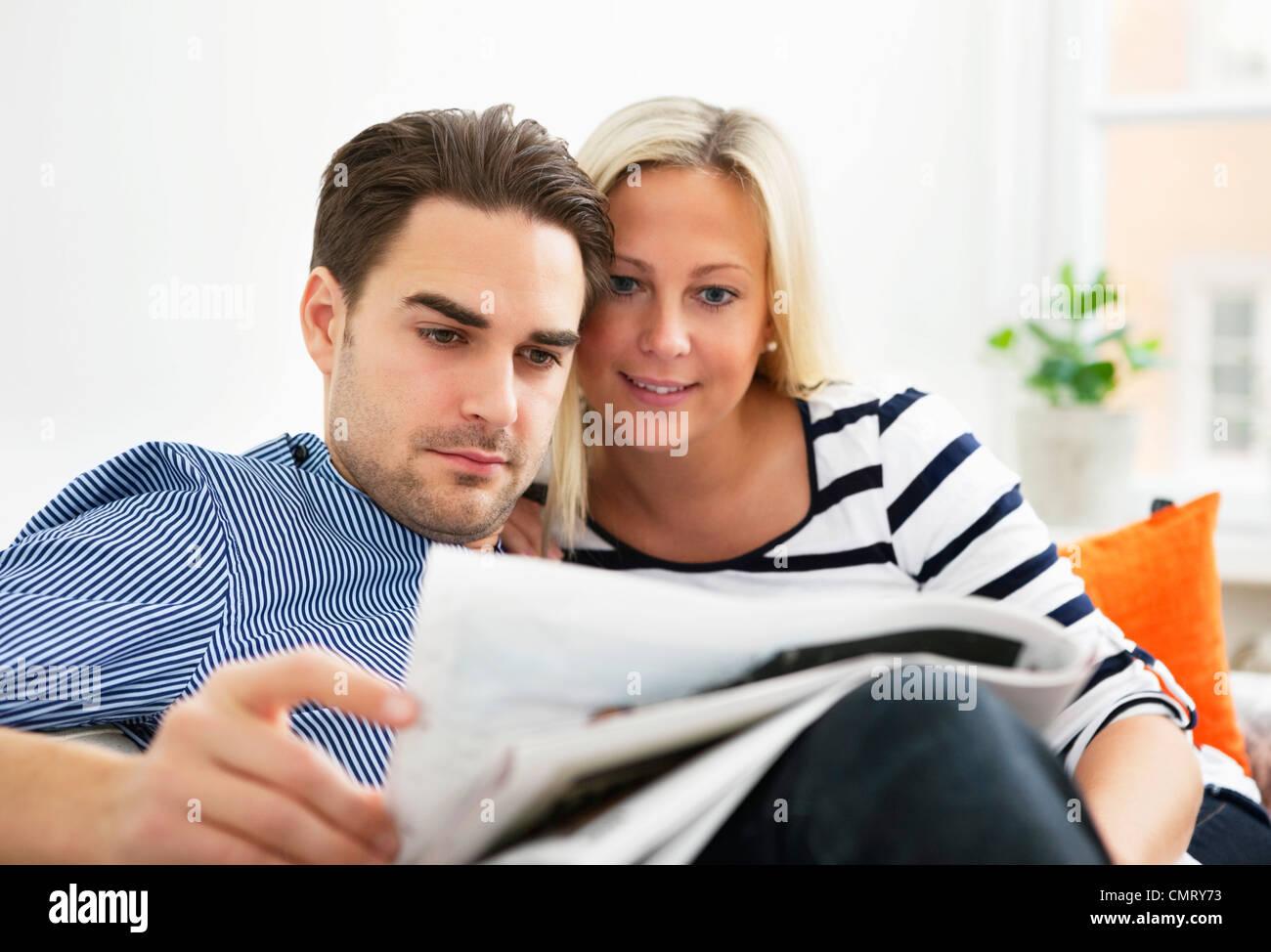 Frau und Mann lesen Stockfoto