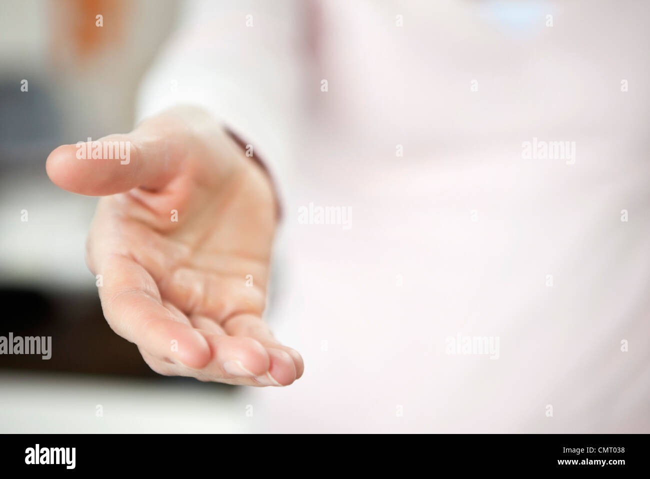 Nahaufnahme einer Person hält helfende hand Stockbild