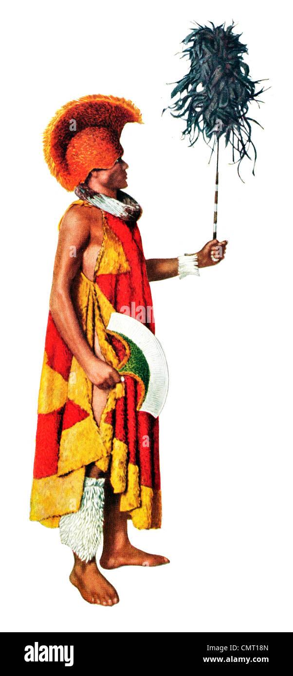 1924 Hawaiian Chieftain Robe von Federn und Feather Helm Hut und Kahili Stockbild