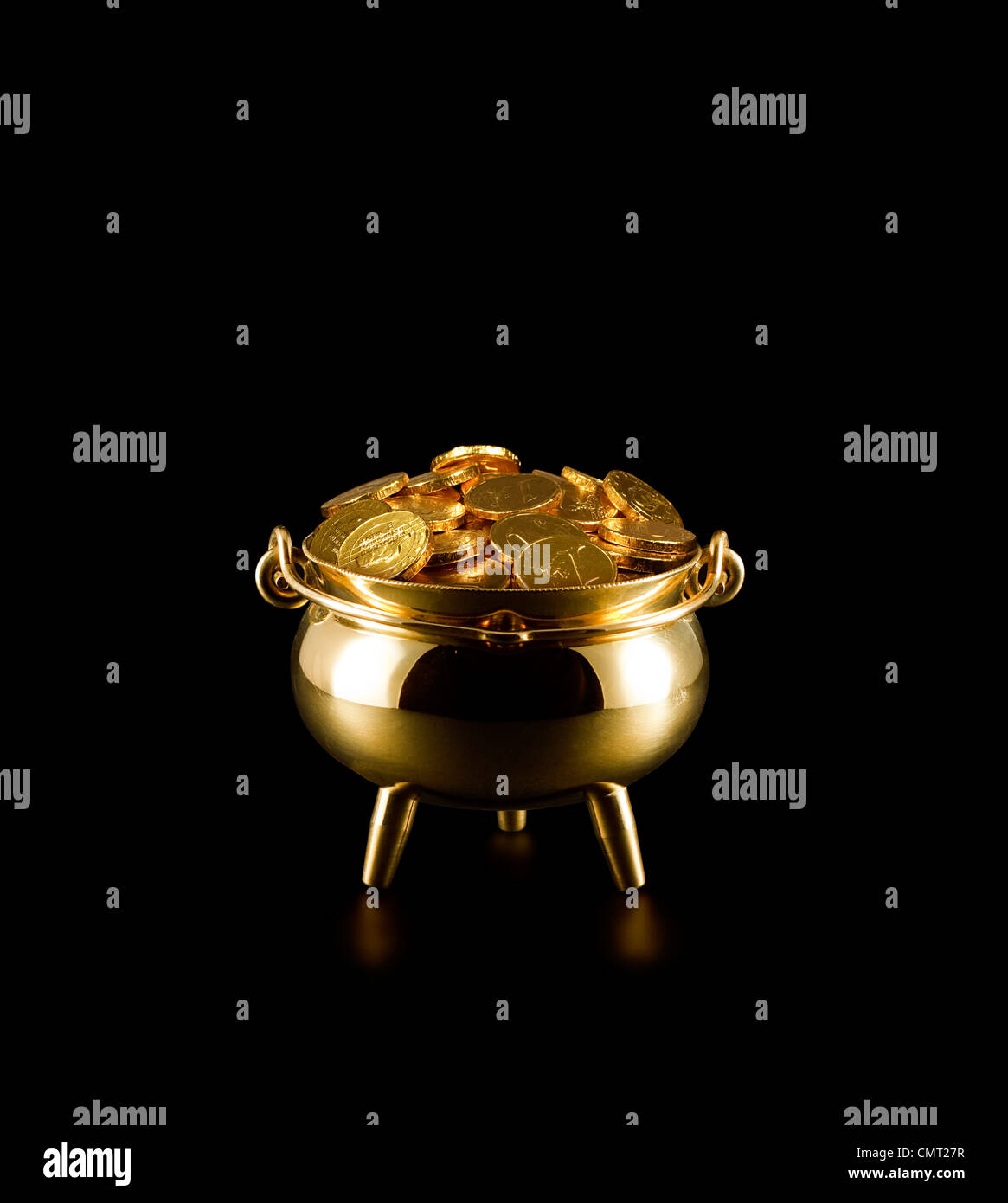 Topf voll Gold Münzen ein Symbol für das Glück der Iren oder St. Patricks Day Stockbild