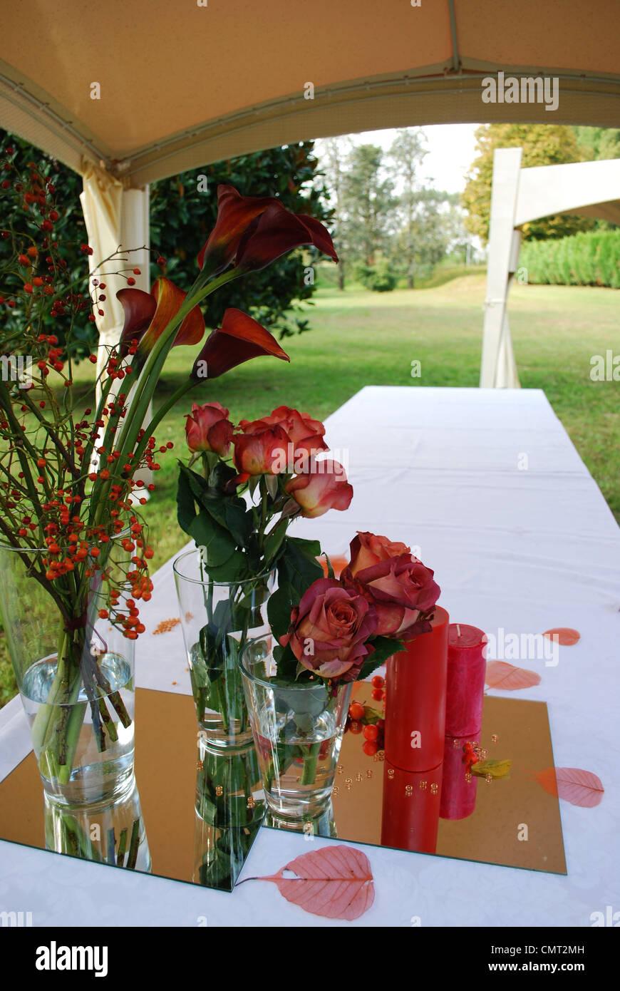 Weisse Hochzeit Pavillon Mit Roten Blumen Und Kerzen Dekoration In