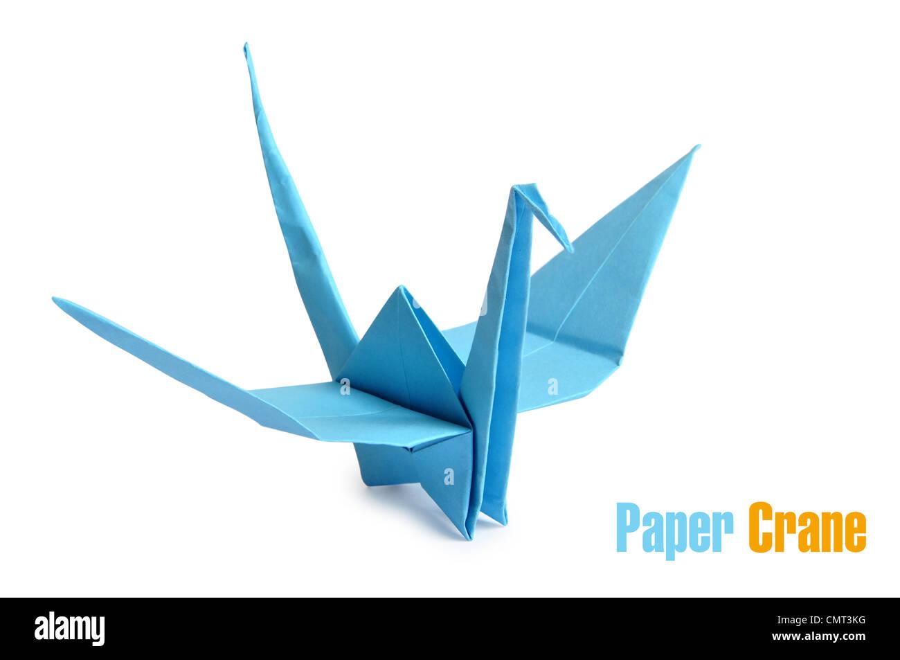 Traditionelle japanische Origami-Kranich, hergestellt aus blauem Papier auf weißem Hintergrund Stockbild