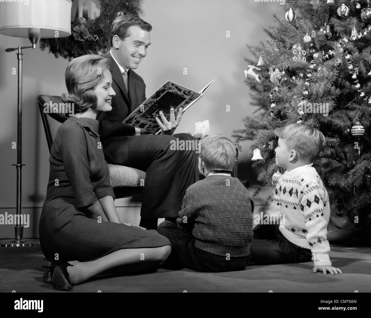 living room christmas tree 1960s stockfotos living room christmas tree 1960s bilder alamy. Black Bedroom Furniture Sets. Home Design Ideas