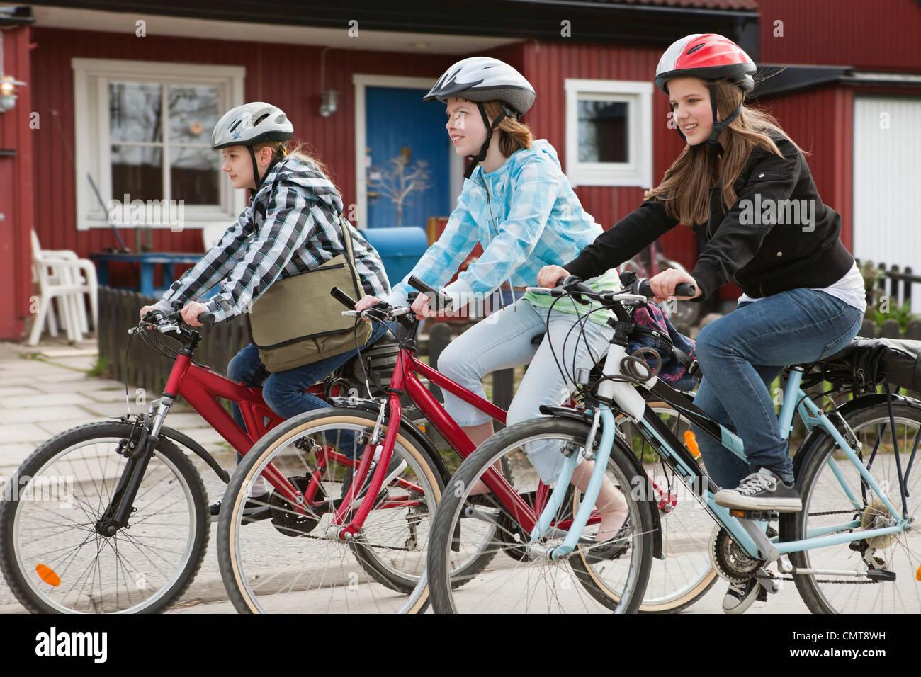 Freunde (12-13) Radfahren gegen Bauwerke Stockbild