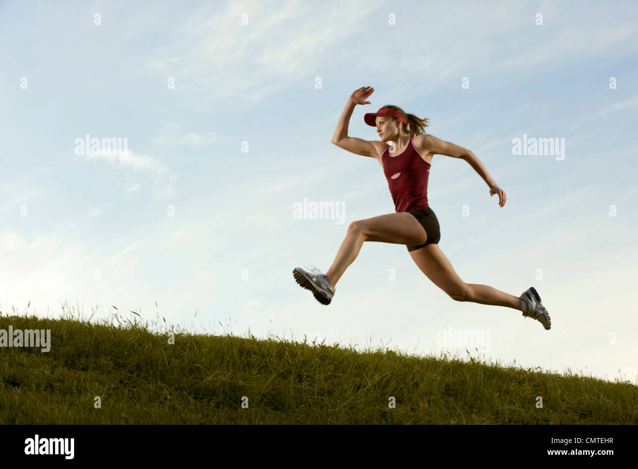 Kaukasische Läufer im Feld laufen Stockfoto