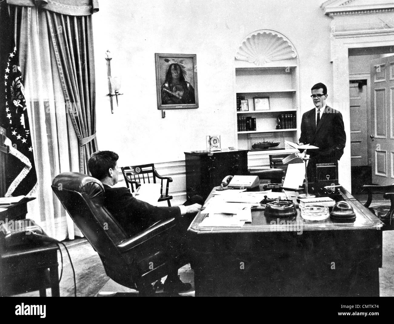 JOHN F KENNEDY U.S. Präsident im Weißen Haus Oval Office mit Berater Theodore Sorensen Ion 1962 Stockbild