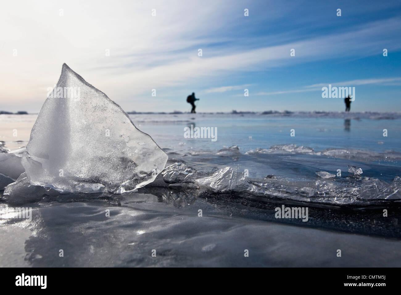 Nahaufnahme des Eises mit Menschen im Hintergrund Stockbild