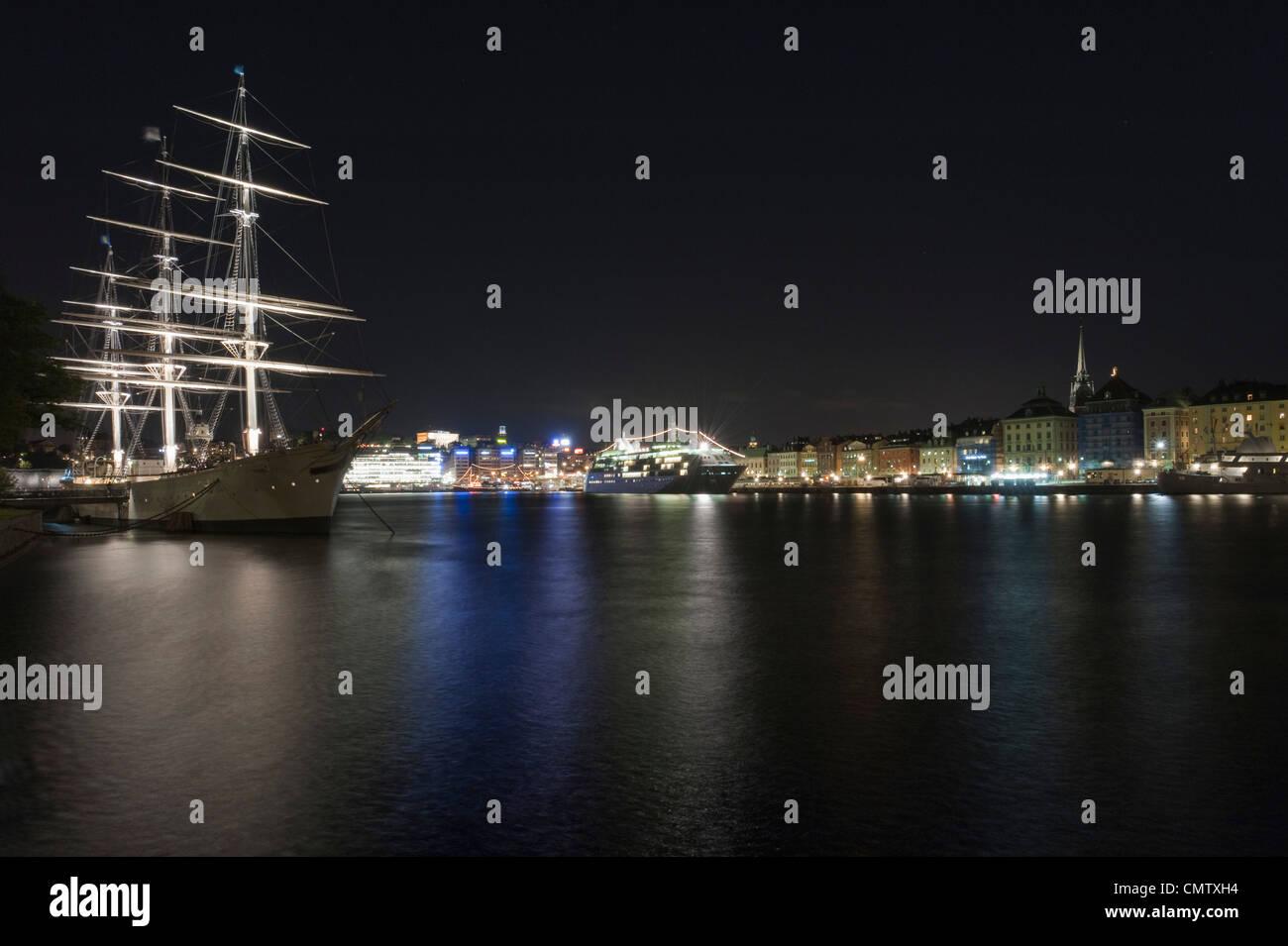 Segelschiff im städtischen Umfeld Stockbild