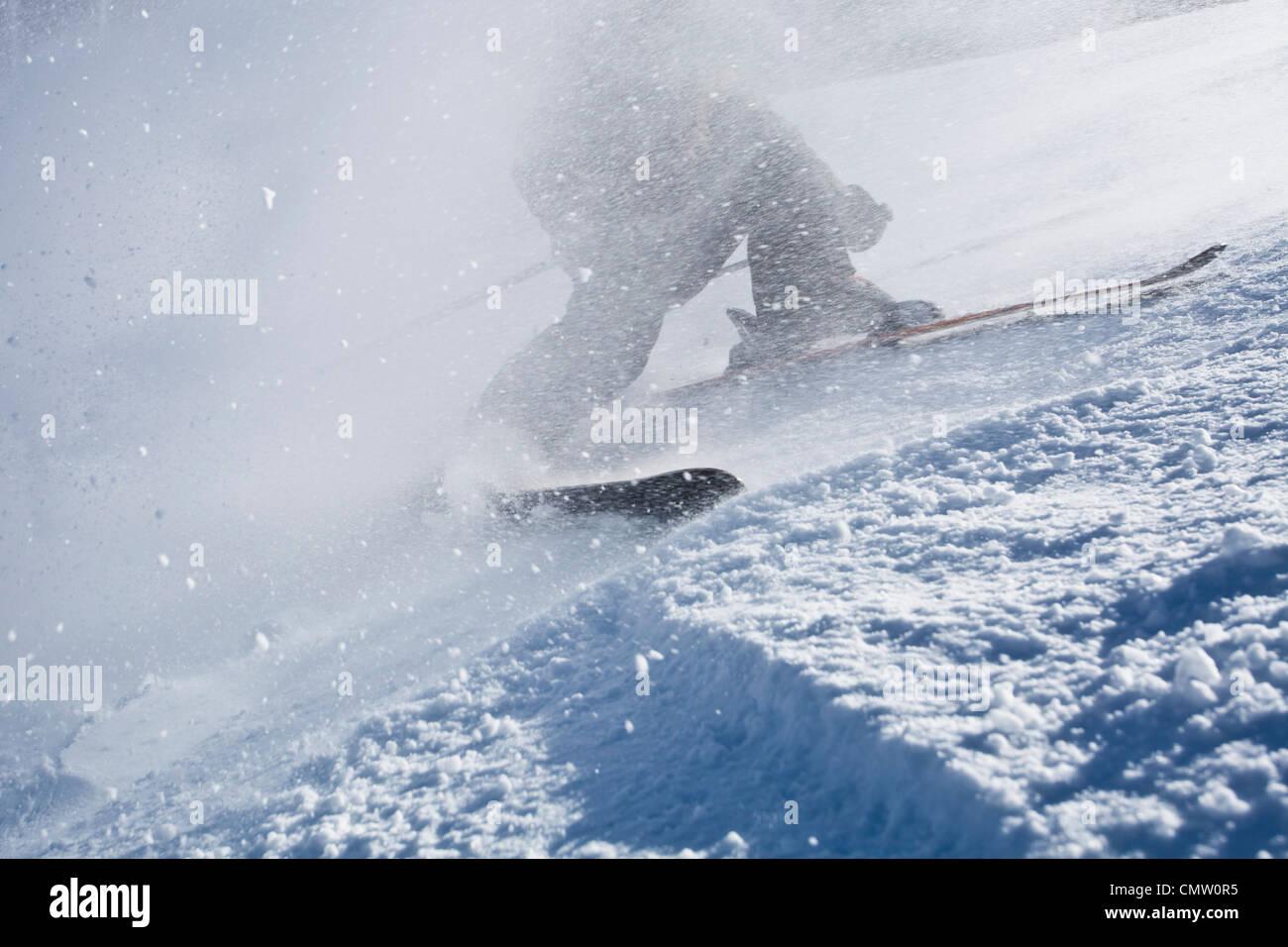 Niedrige Abschnitt einer Person Skifahren Stockbild