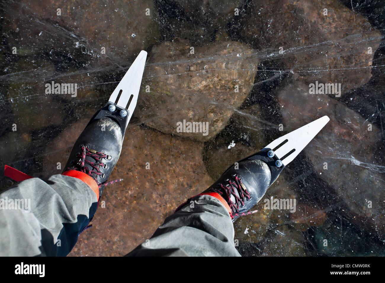 Niedrige Abschnitt einer Person auf blankem Eis Schlittschuh laufen Stockbild