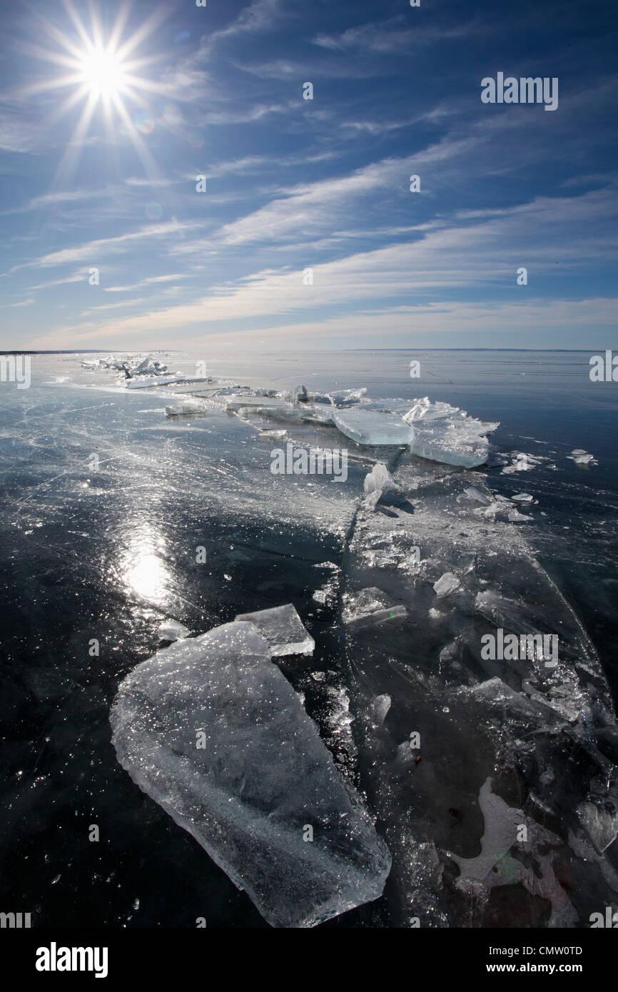 Eisdecke bei Gegenlicht Stockbild