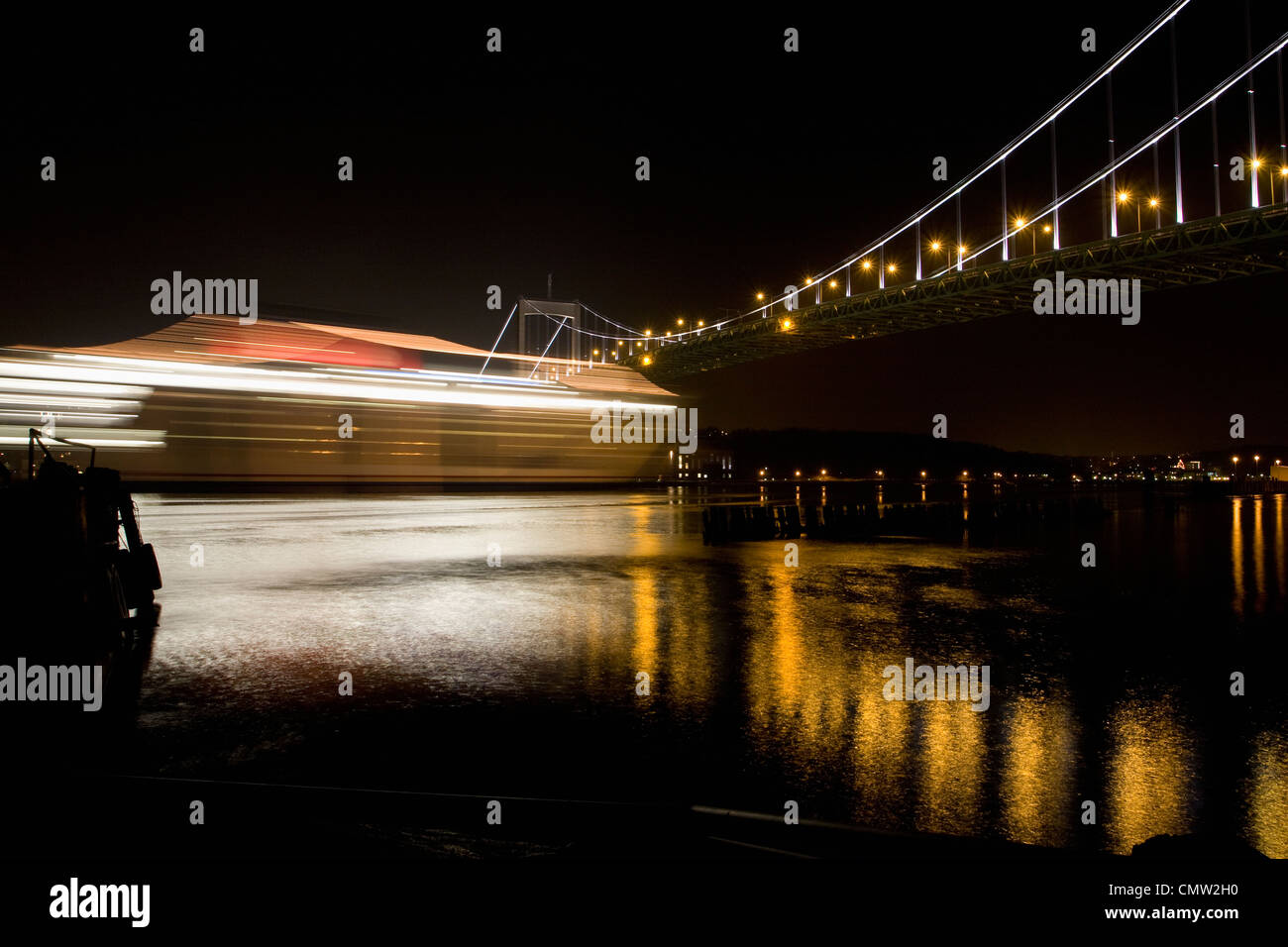 Beleuchtete Brücke in Göteborg in der Nacht Stockbild