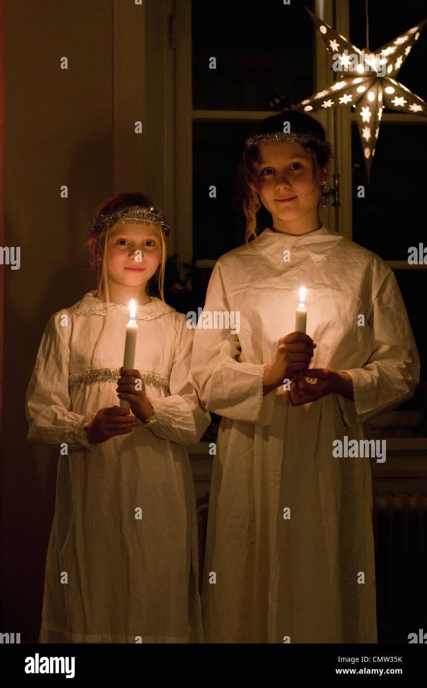 Mädchen gekleidet traditionell mit Kerzen stehen auf St. Lucia-Tag Stockbild
