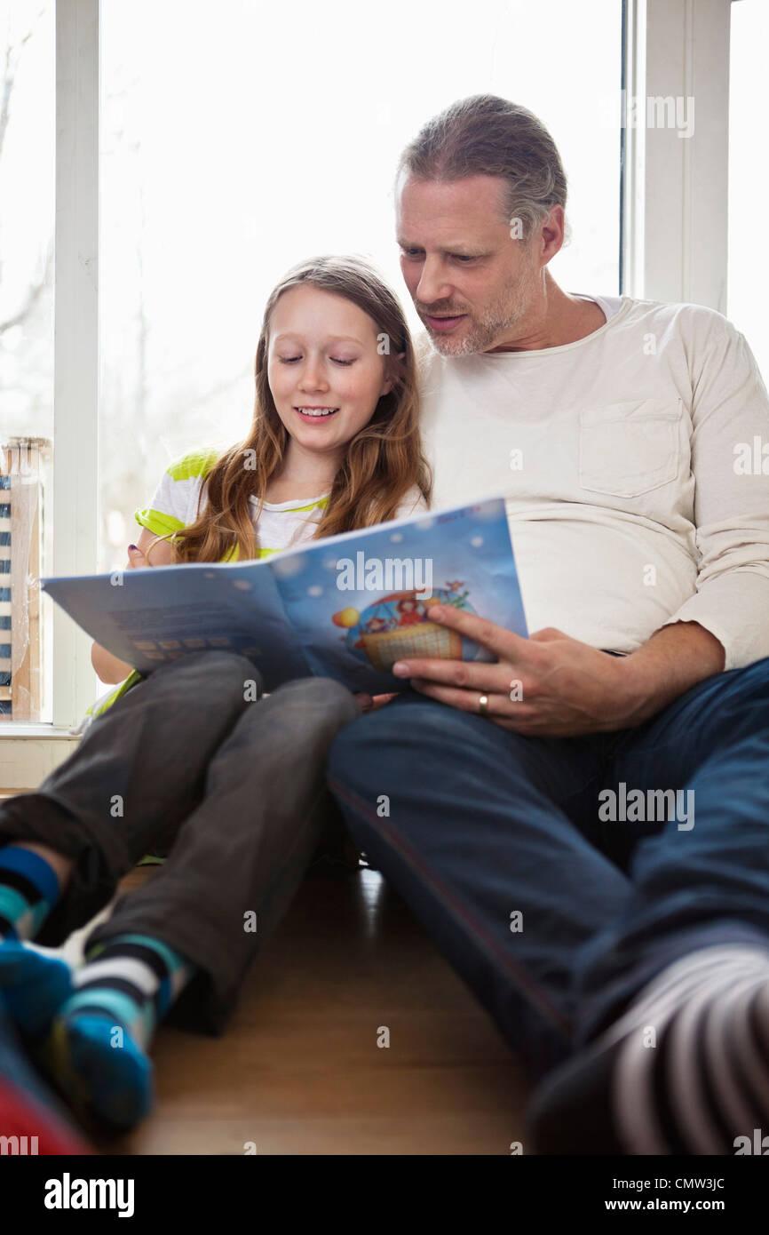 Vater seiner Tochter in Studien zu helfen Stockbild
