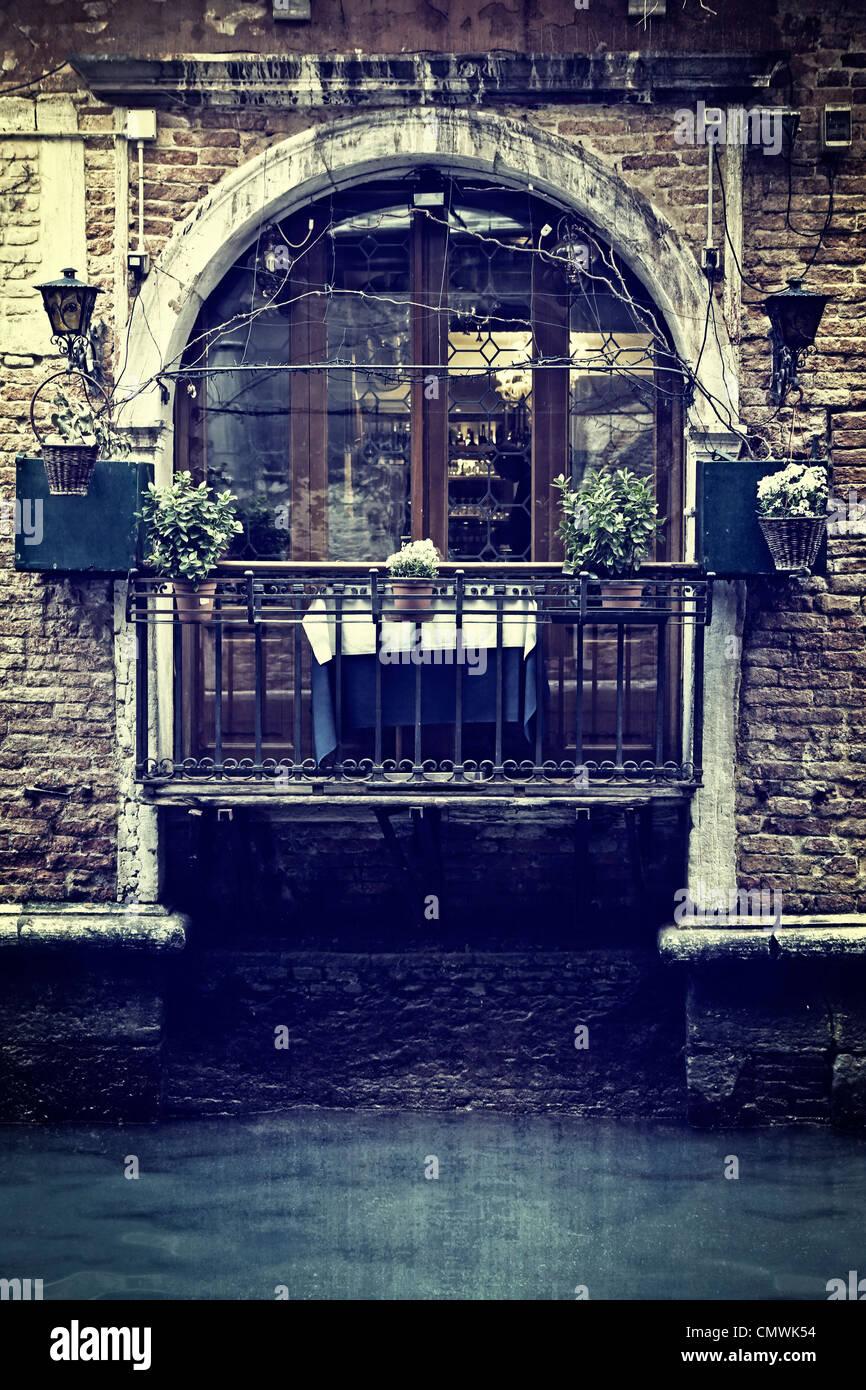 Balkon mit Blick auf einen Kanal in Venedig Stockbild
