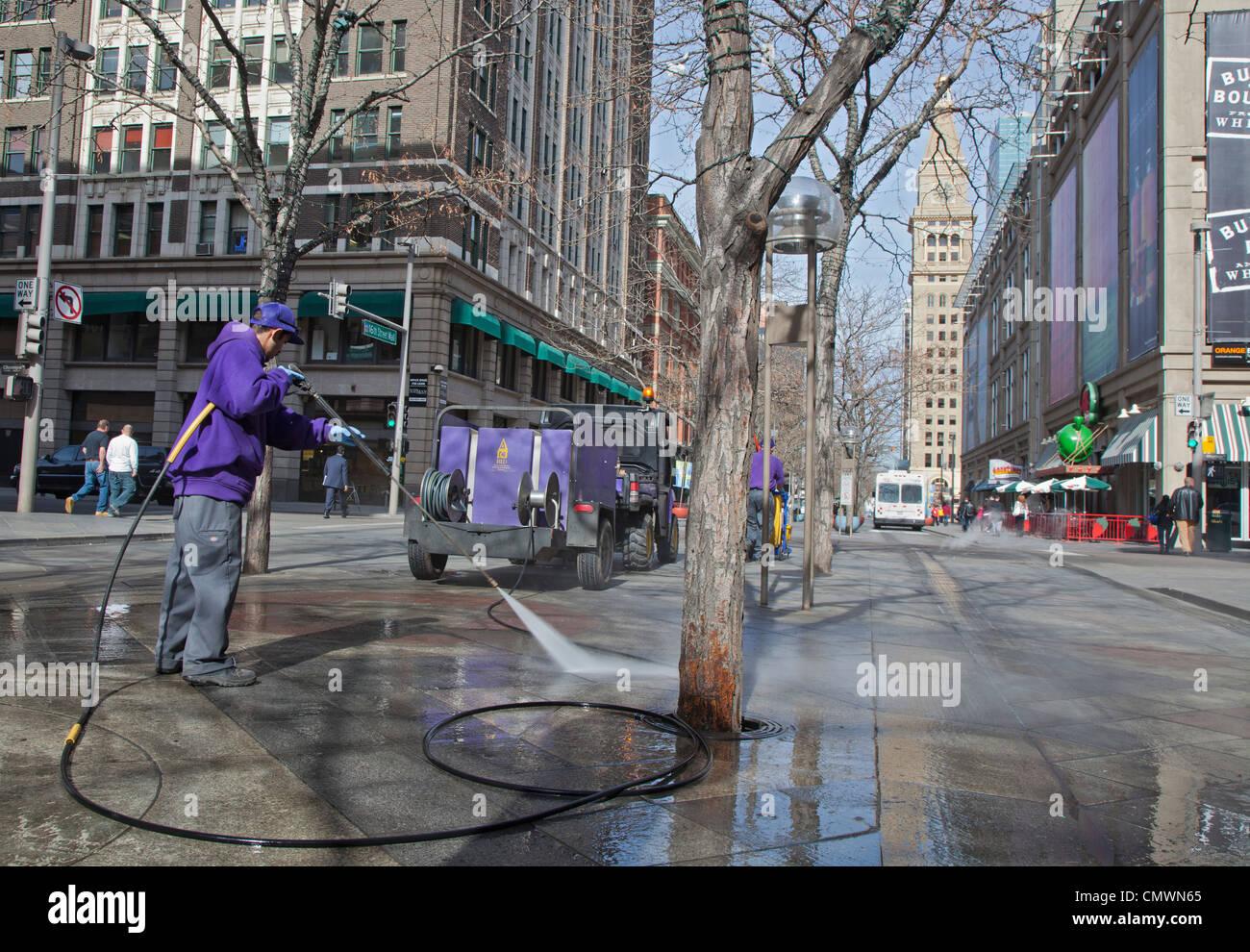 Denver, Colorado - ein Arbeiter reinigt die Fußgängerzone 16th Street Mall. Stockfoto