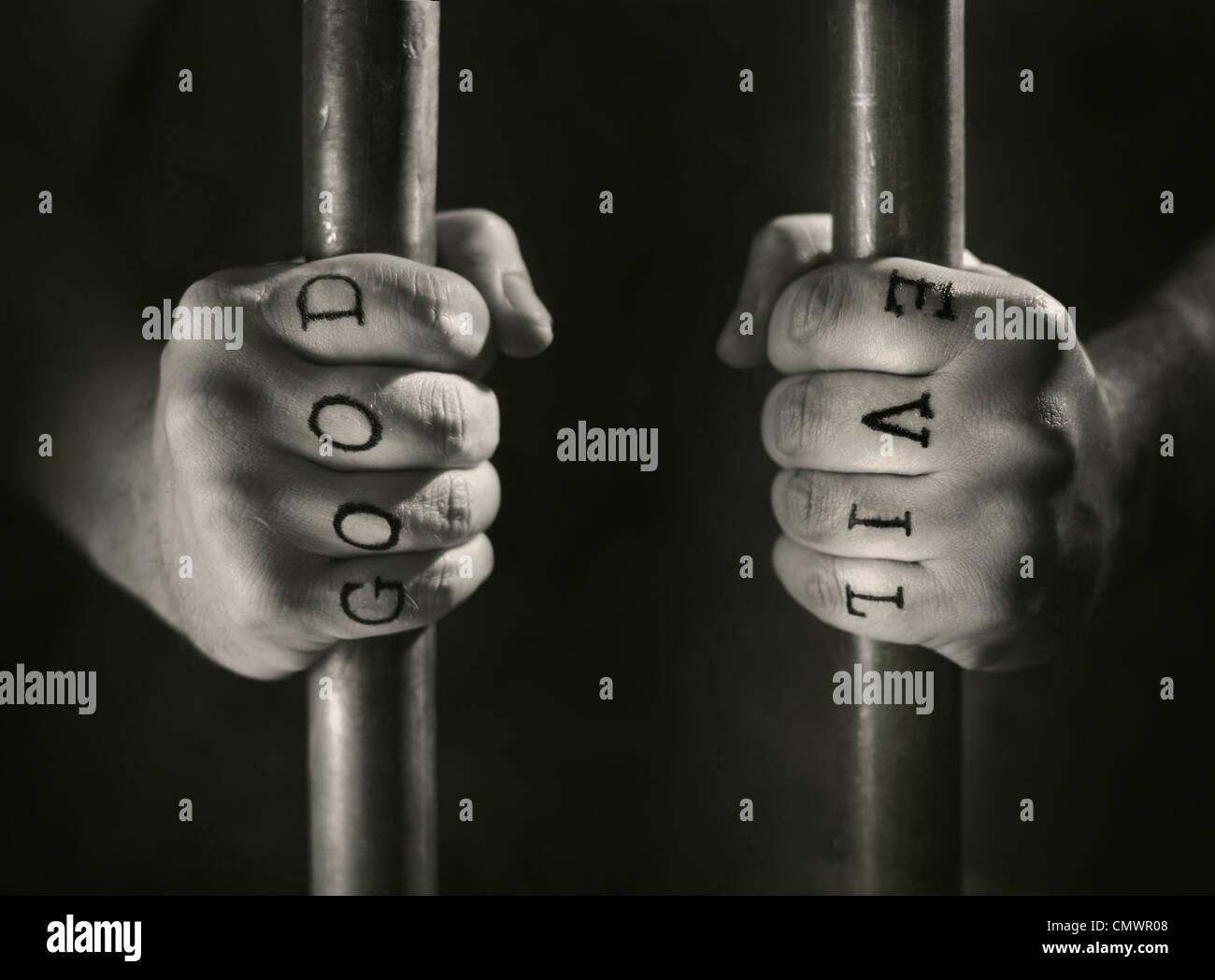 Mann Mit Falschen Gut Und Böse Tattoos Hinter Gittern Stockfoto