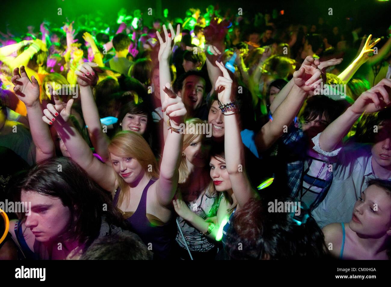 Jugendliche in Newquay, Cornwall zu feiern. Stockfoto