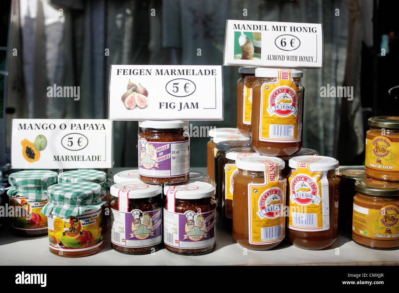 marmelade und s e gl ser auf dem display auf einem markt in gran canaria stockfoto bild. Black Bedroom Furniture Sets. Home Design Ideas