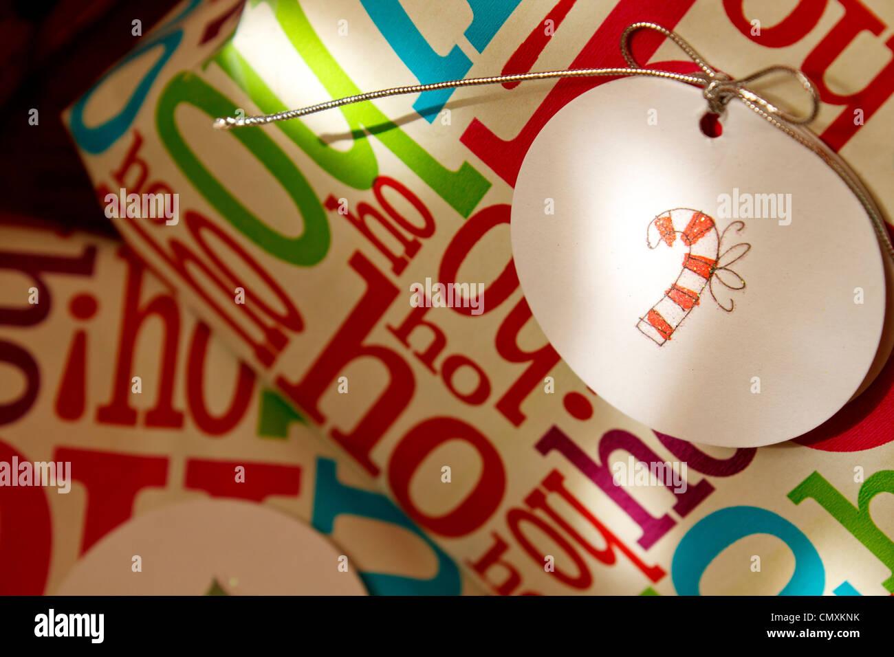 Weihnachtsgeschenke mit Candy-Bar-Tag. Stockfoto