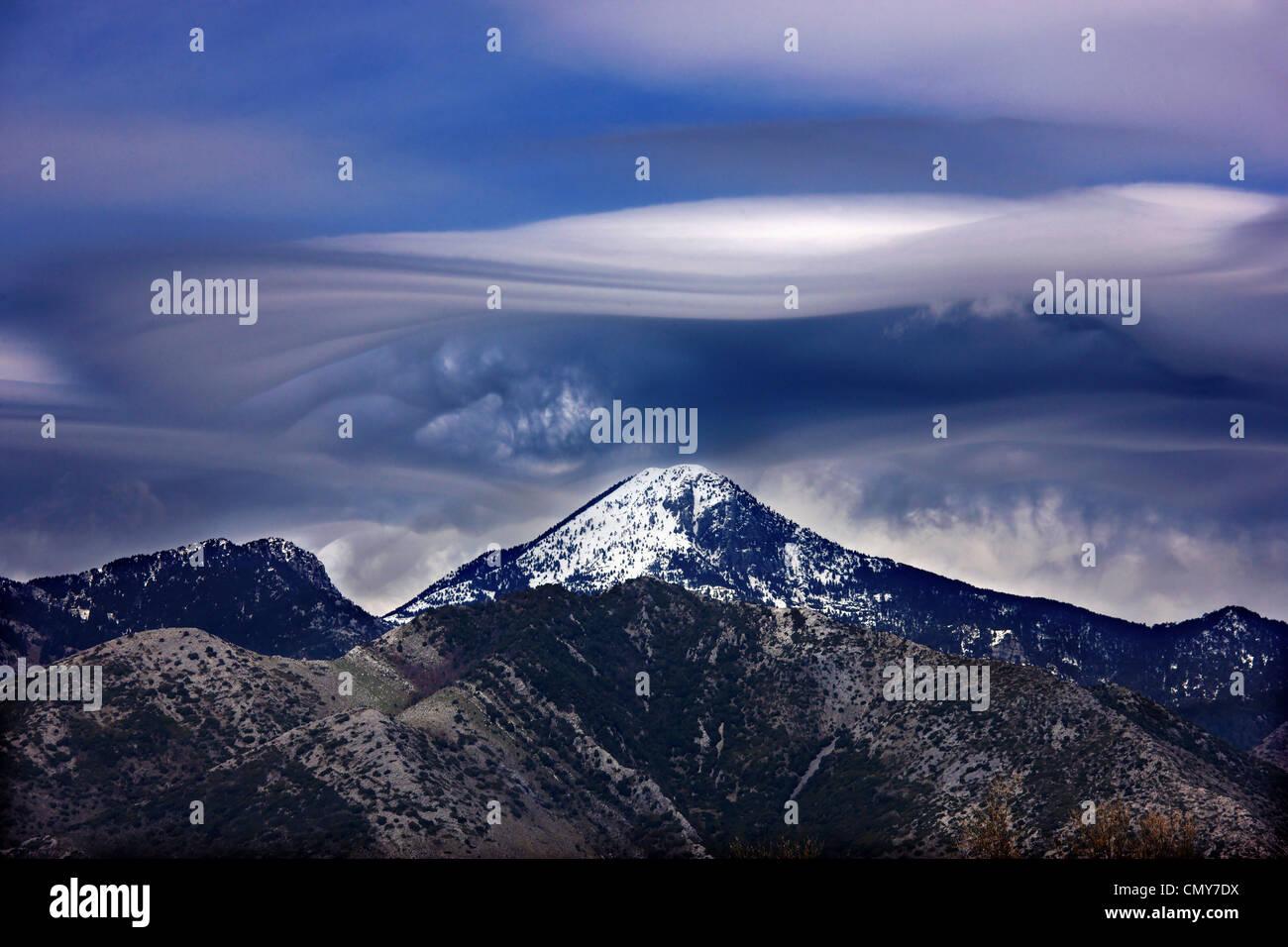 Seltsame Wolke (linsenförmige), über Mavrovouna, eines der höchsten Gipfel des Taygetos-Gebirges. Stockbild