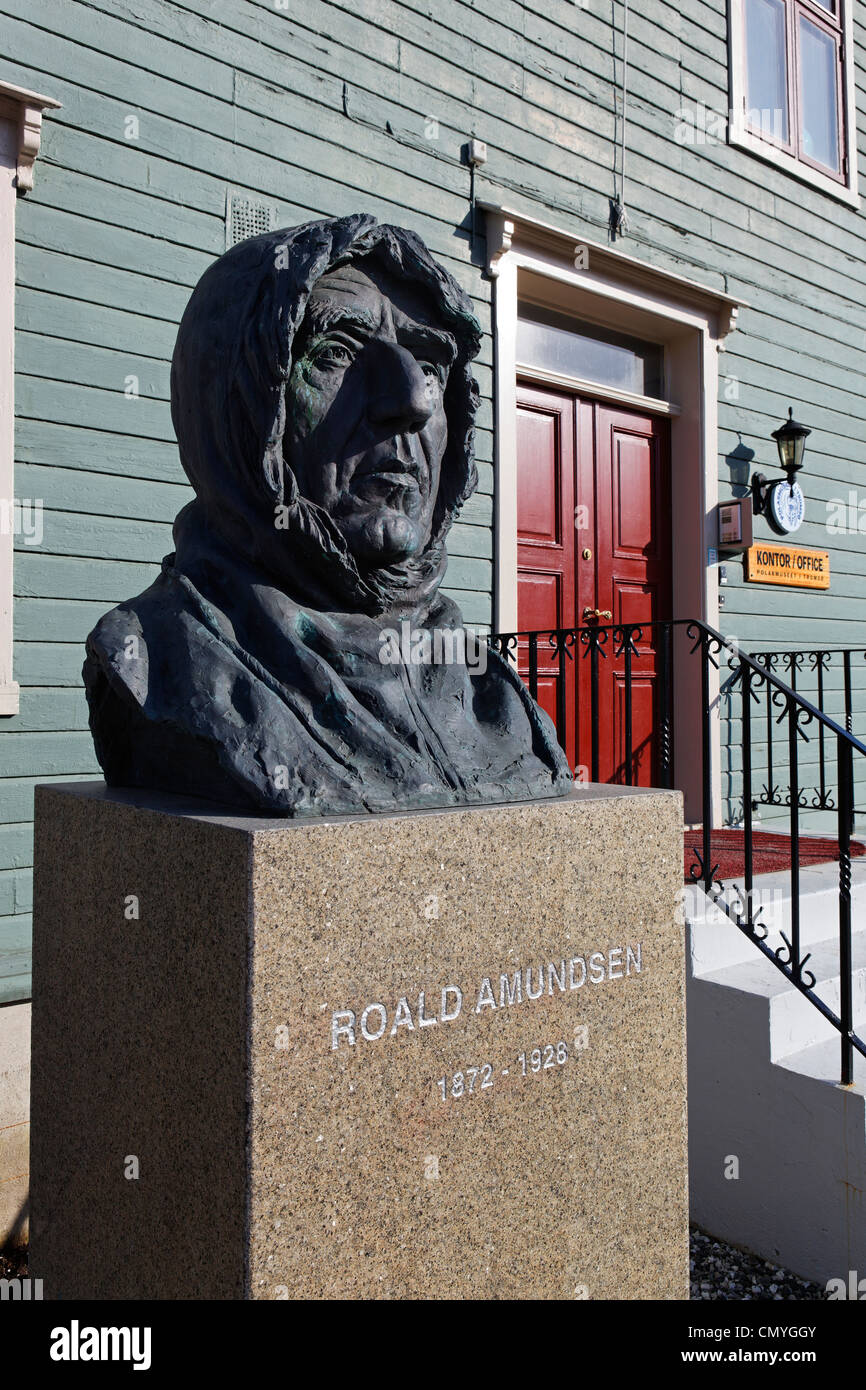 Norwegen, Grafschaft Troms, Tromso, Statue des Entdeckers Roald Amundsen (1872-1928) vor den Büros der polaren Stockbild