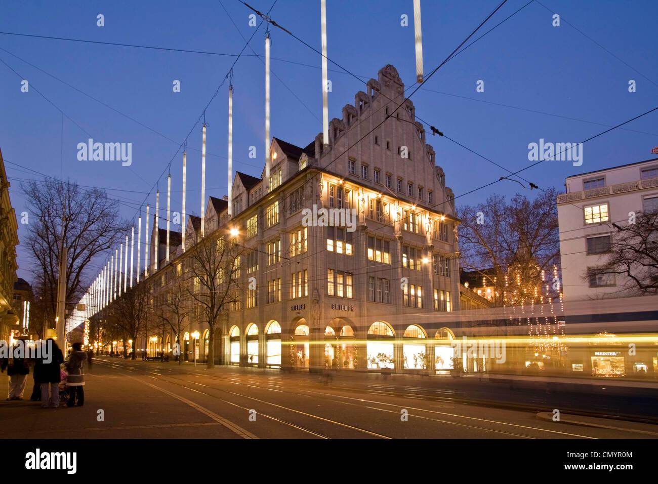 Bahnhofstrasse in der Dämmerung mit Chistmas Illumination, Straßenbahn Stockfoto