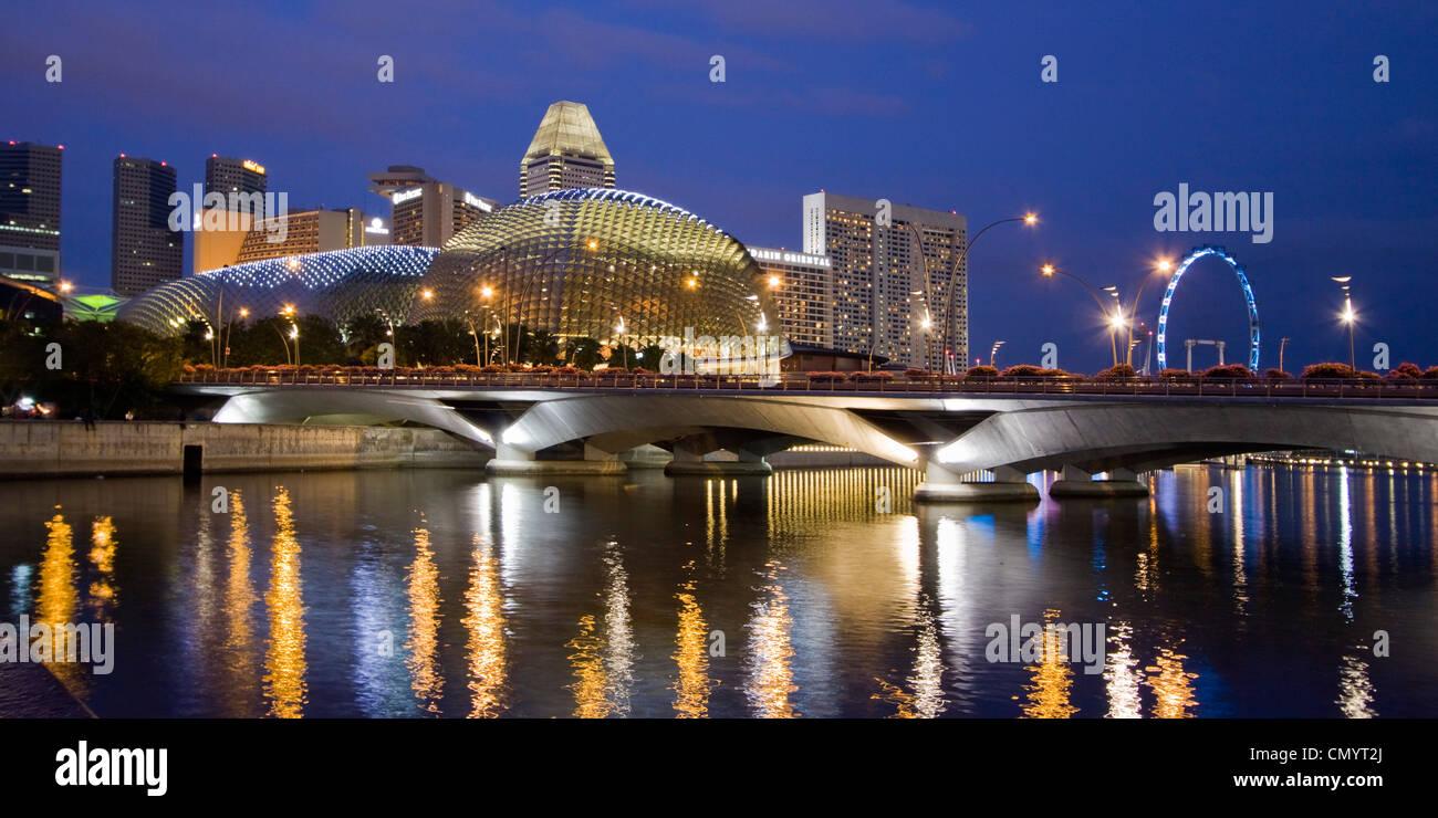 Skyline von Singapur, Esplanade, Marina Square, Riesenrad in der Dämmerung, Südost-Asien, Dämmerung Stockfoto