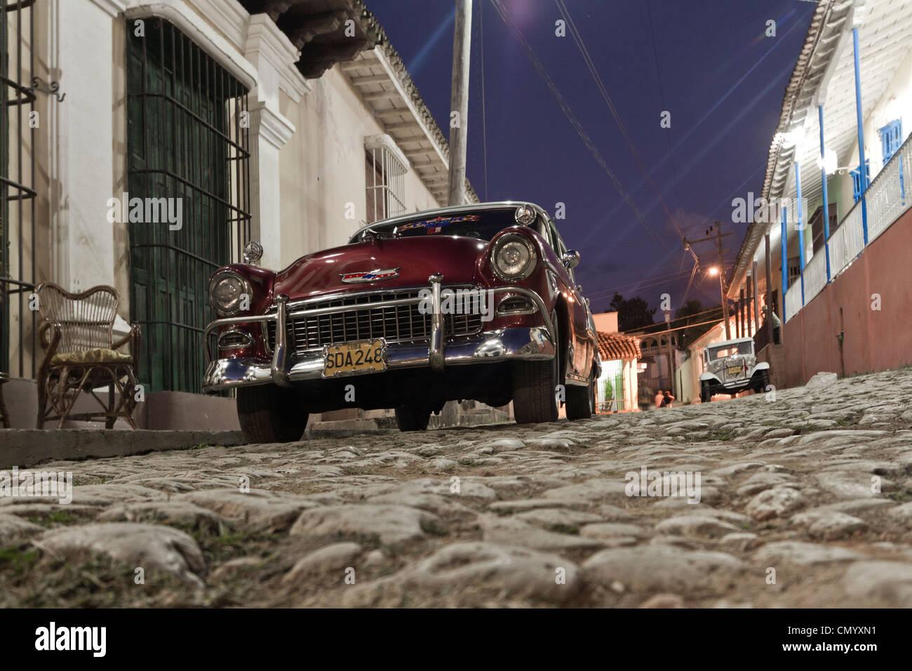 Oldtimer, Straße mit Kopfsteinpflaster, große Antillen, Antillen, Karibik, West Indies, Trinidad, Kuba, Stockbild