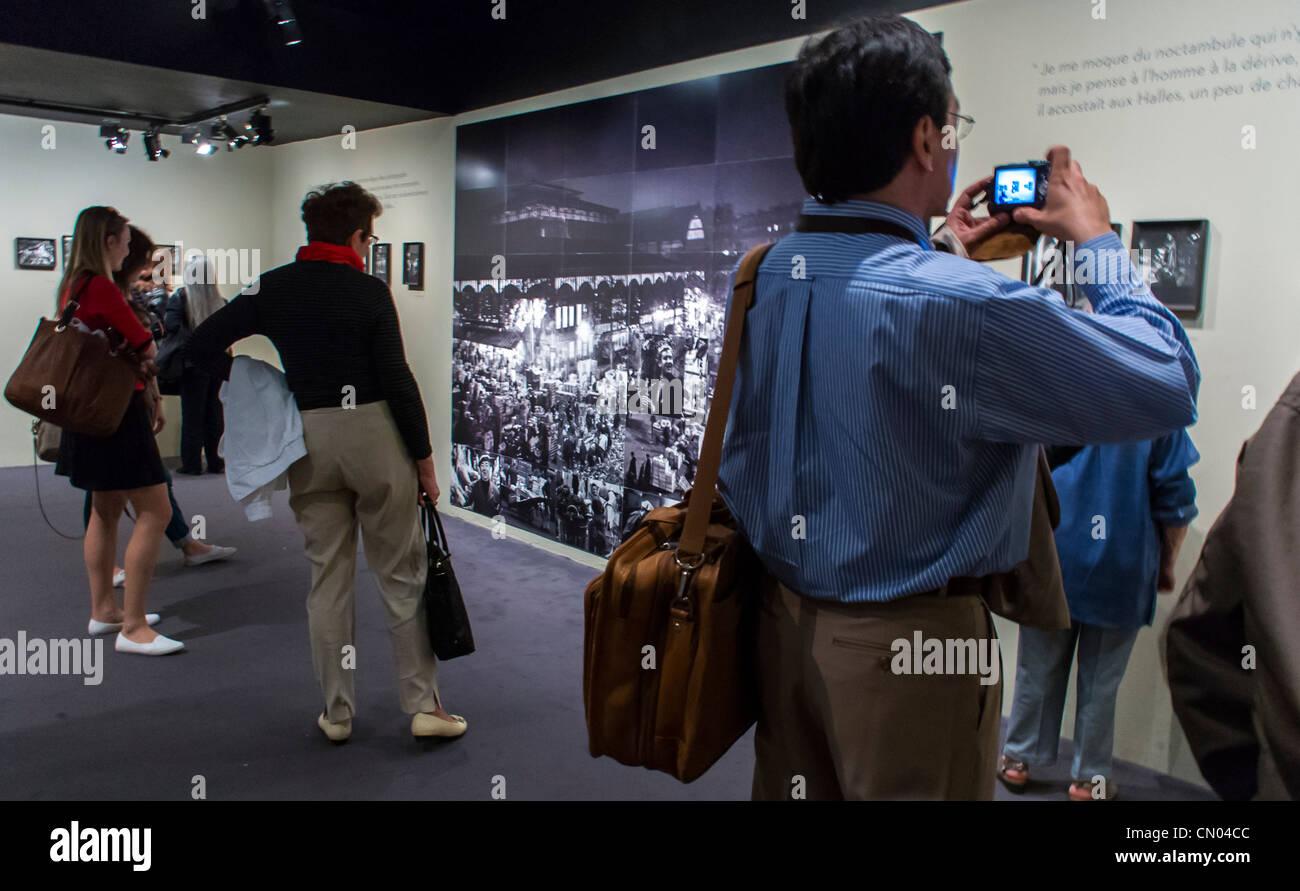 Paris, Frankreich, Leute an der Fotoausstellung, Kunstausstellung im Rathaus Gebäude, Archivierung Fotos von Stockbild