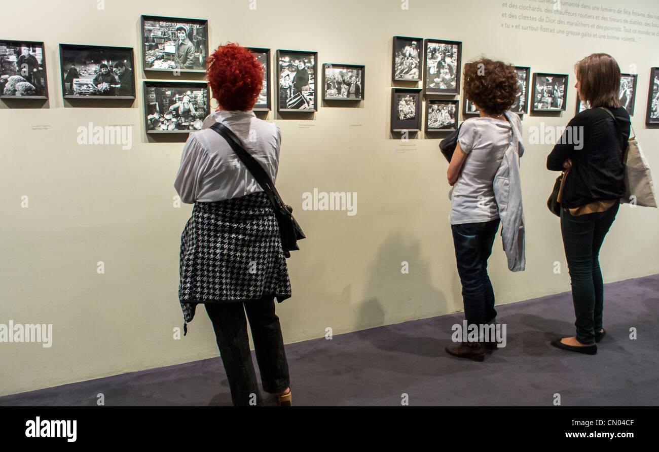 Paris, Frankreich, Frauen Foto zeigen, Kunstmesse im Gebäude der Stadt Halle, archivalische Fotos von Paris, Stockbild