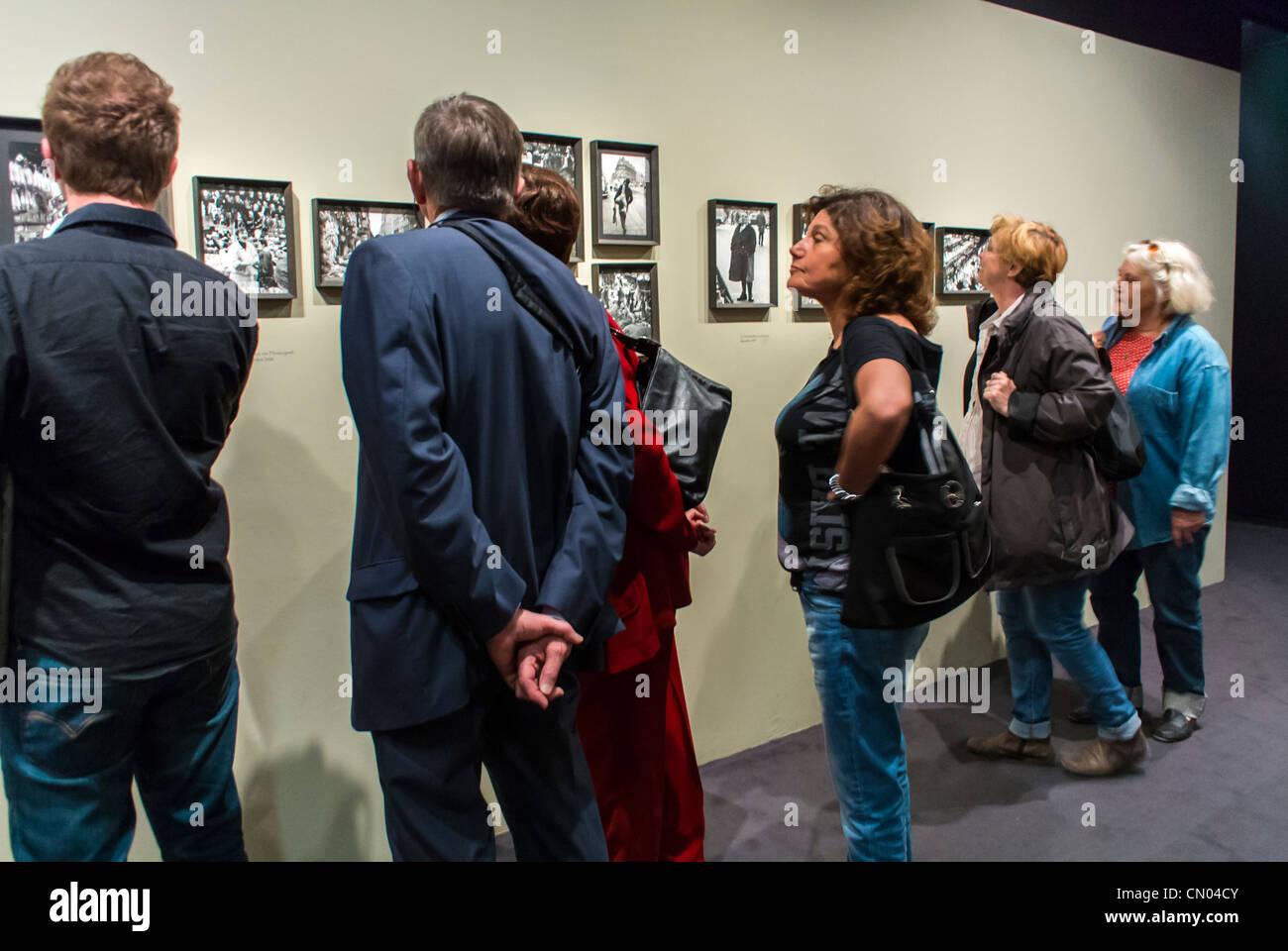 Paris, Frankreich, Menschen mit Blick auf Foto zeigen, Kunstmesse im Gebäude der Stadt Halle, archivalische Stockbild