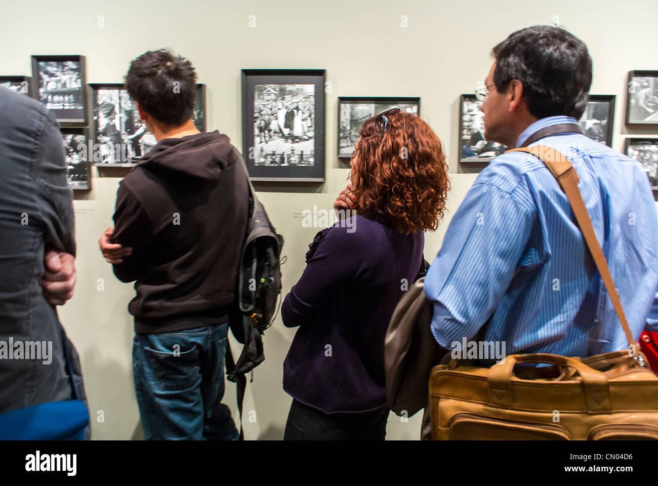 Paris, Frankreich, Leute, die schauen, bewundern Kunst, Ausstellung, Kunstausstellung im Rathaus Gebäude, Archivierung Stockbild