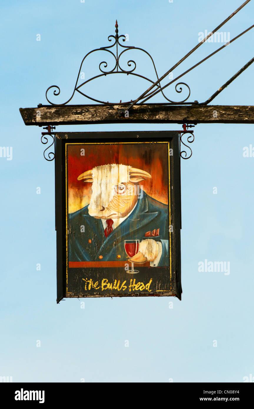 Die Zeichen für The Bull es Head Pub in Pratt unten zeigt eine sehr urbane Bull in einem Blazer trägt Stockbild