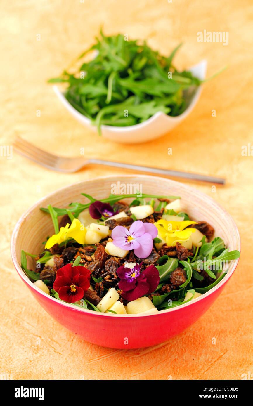 Salat mit knusprigem Wildreis. Rezept erhältlich Stockbild