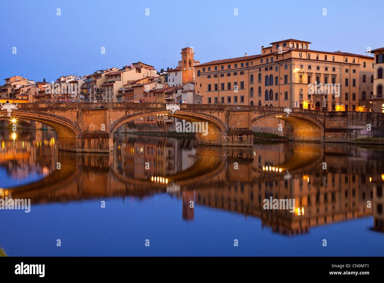 Europa, Italien, Florenz, der Fluss Arno und Flussufer in der Abenddämmerung Stockbild