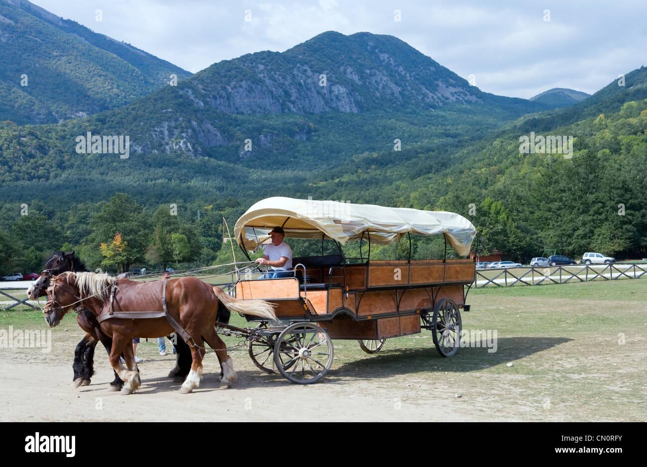 Italien, ein Tourist Wagen im Nationalpark der Abruzzen Stockbild