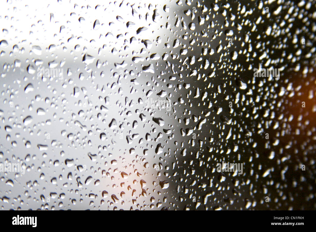 Regentropfen am Fenster Stockbild