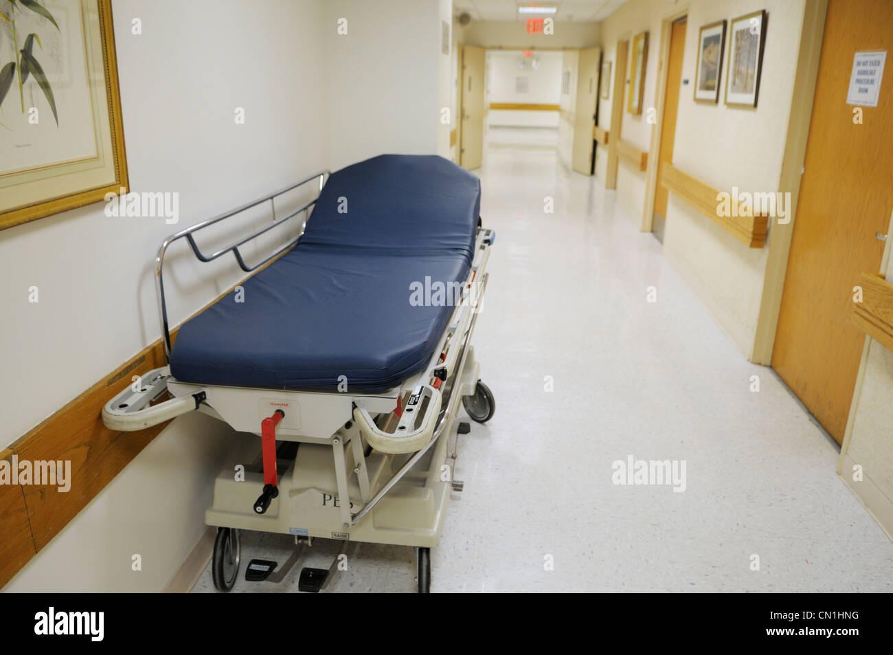 Krankenhausflur mit leeren gurney Stockbild