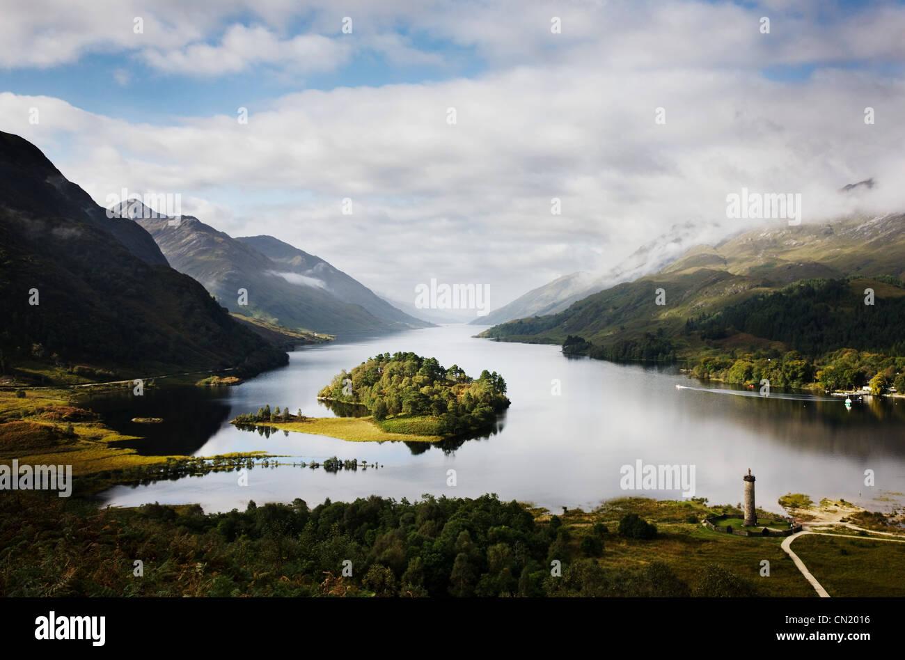 Nebligen Berg und See, Schottland, UK Stockbild