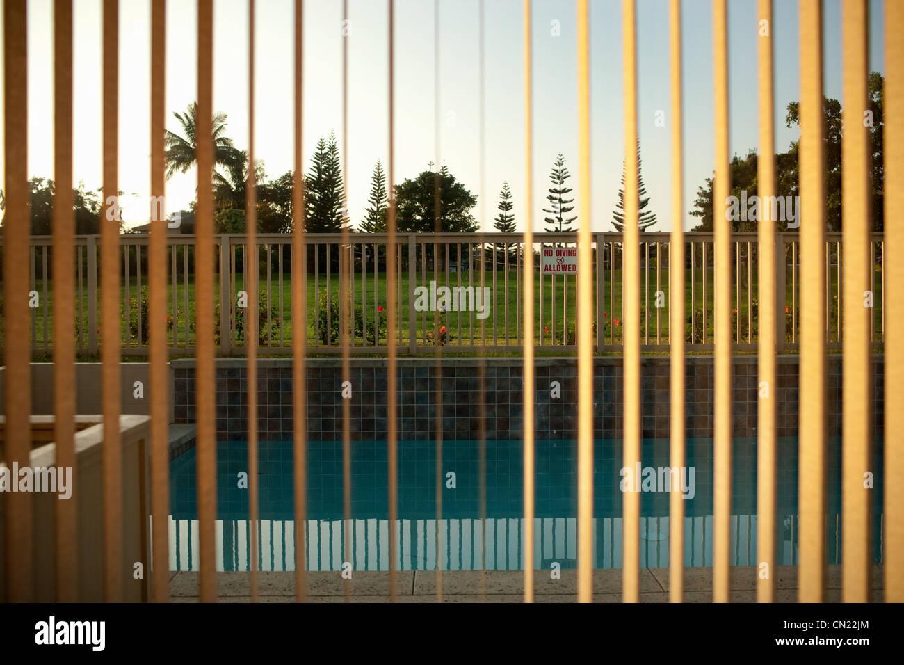 Blick auf Pool durch Fenster-Vorhänge Stockfoto