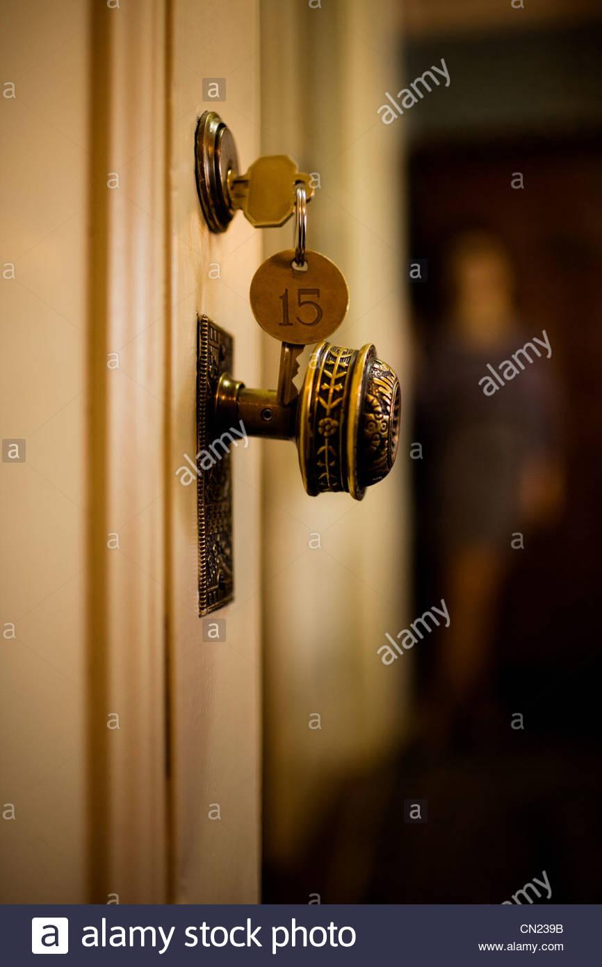 Schlüssel in Zimmertür Stockbild