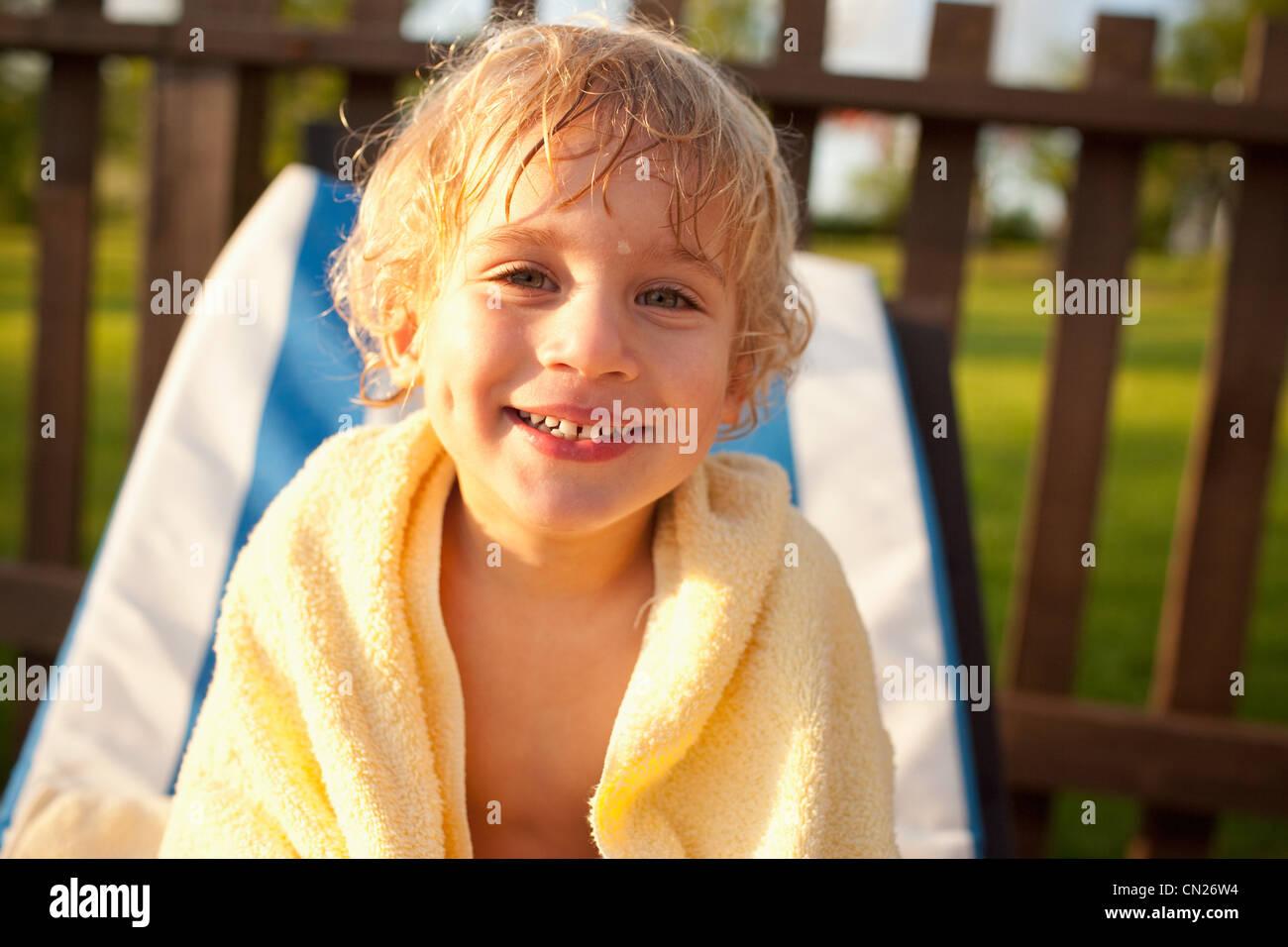 Junge mit nassen Haaren und Handtuch Stockbild