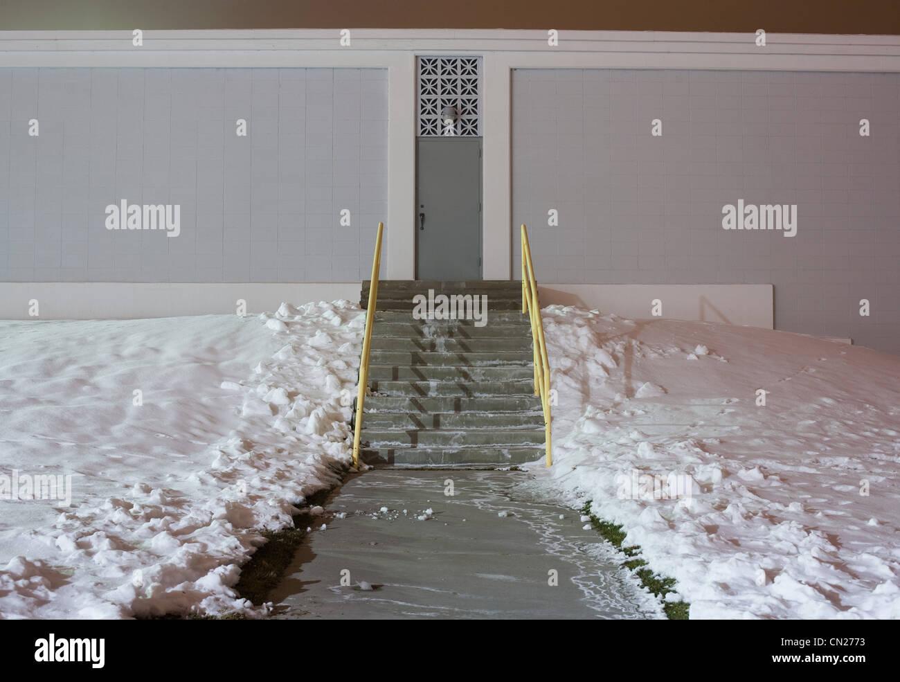 Schritte und Gebäudehülle im Schnee Stockbild