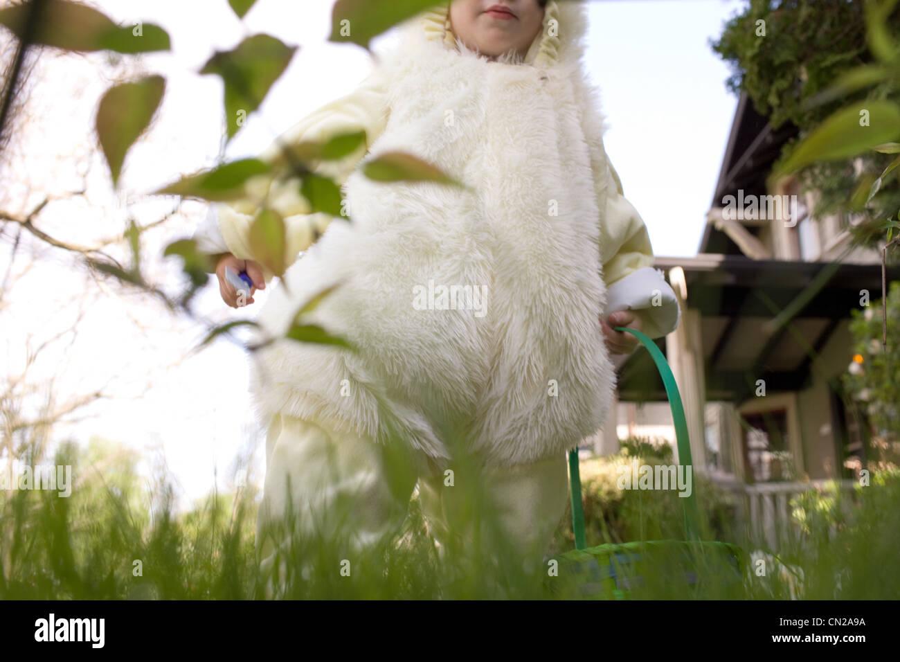 Kleiner Junge als Osterhase verkleidet Stockbild