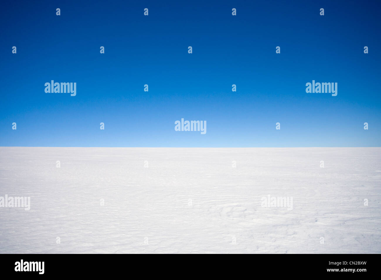 Leeren der arktischen Landschaft mit einem klaren Horizont über der Eiskappe, Grönland Stockbild