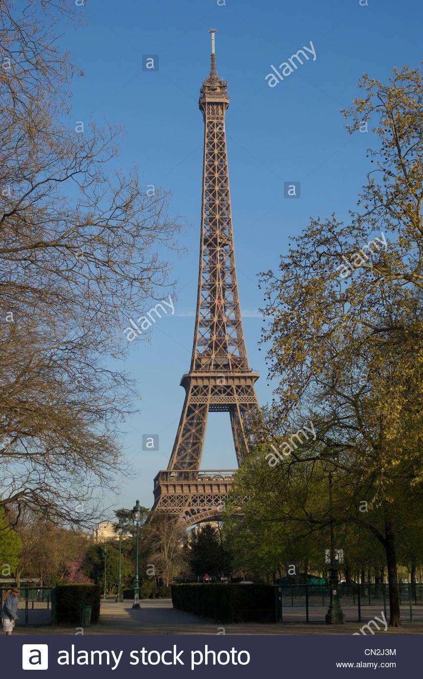 Der Eiffelturm vom Champ de Mars an einem wolkenlosen, Frühling Morgen Stockbild